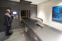 De invoerruimte, waar de kist in de oven wordt geschoven.