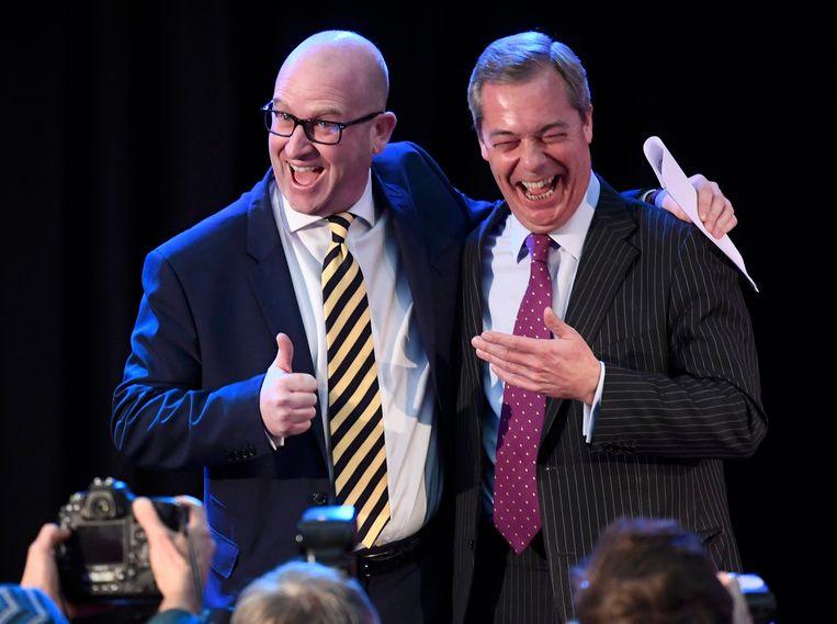 Paul Nuttall en Nigel Farage (rechts) keren de eurosceptische partij UKIP de rug toe. Foto uit 2016.
