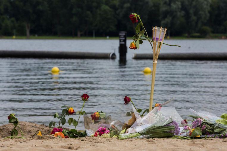 Bloemen voor het overleden meisje Kauane. Beeld Maarten Brante