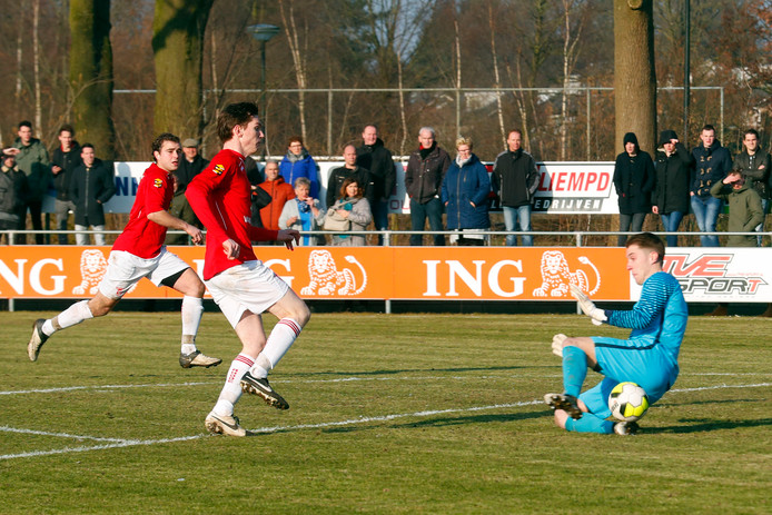 Doelman Frank van den Boogaard van EVVC vorig seizoen in actie tegen Rhode, de club waarvoor hij volgend seizoen gaat uitkomen. Hier wordt hij verschalkt door Koen van der Zanden, die vorige zomer Rhode verruilde voor Blauw-Geel'38.