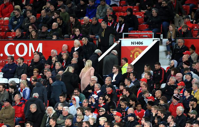 Fans van Manchester United zoeken tijdig de uitgang op.