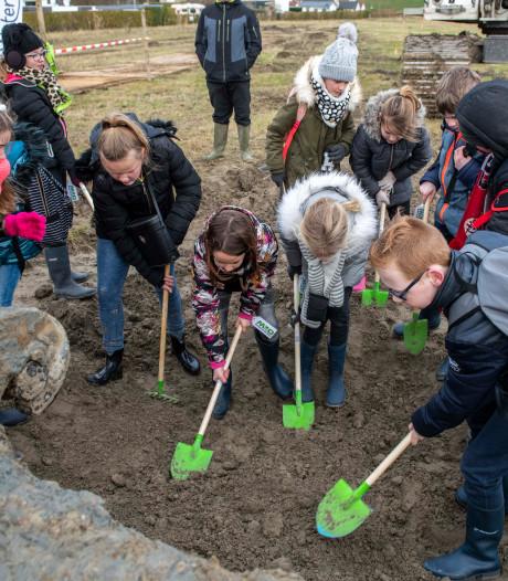 Leerlingen beginnen met graven inlaatkreek Waterdunen: 'We worden beroemd!'