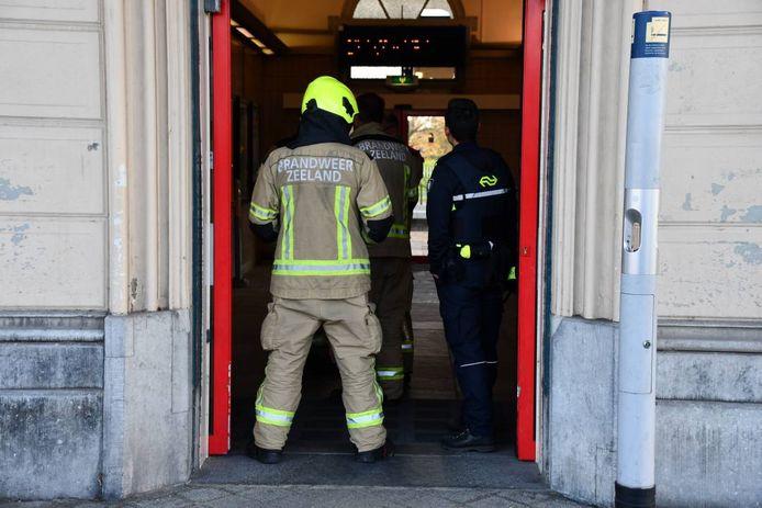 De brandweer heeft de stationshal geventileerd om de rook weg te krijgen.