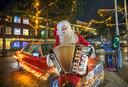Zingende kerstman Maurice van der Toorn op het verlichte Tesselseplein in Duindorp.