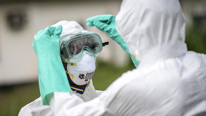 Een verpleegkundige in eenpak dat moet beschermen tegen het ebolavirus in Sierra Leone.