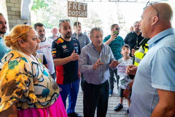 De Roma-familie protesteerde in juni bij het politiebureau Beverspijken in Den Bosch, waar de zoekgeraakte dossiers aanvankelijk gelegen zouden hebben.