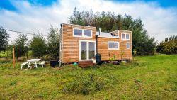 """Jeroen leeft in een tiny house: """"Alle luxe die ik nodig heb"""""""