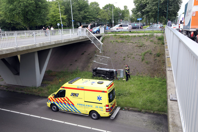 Auto ramt hek na botsing en valt van viaduct over John F. Kennedylaan in Eindhoven