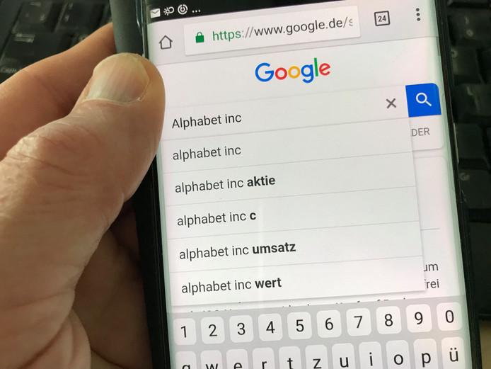 Google zou volgens Brussel zijn machtspositie misbruiken.