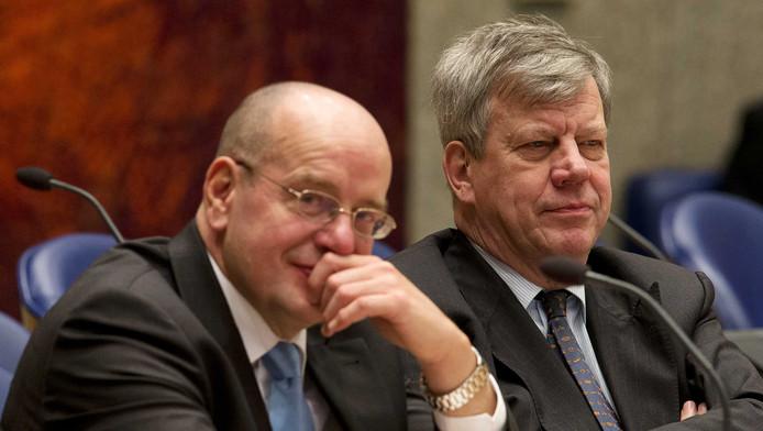 Minister Ivo Opstelten (rechts) van Veiligheid en Justitie en staatssecretaris Fred Teeven.