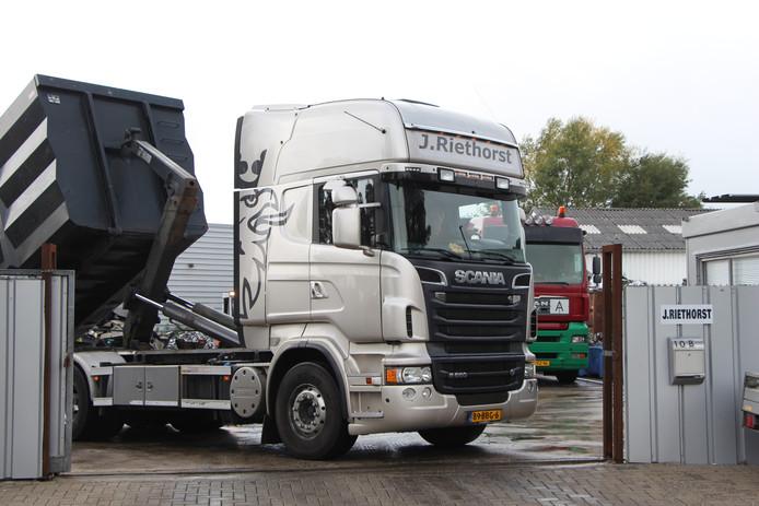 Vrachtwagen op laad/losplaats op terrein Riethorst Metaalrecycling aan de Bleumkeskamp in Ruurlo.