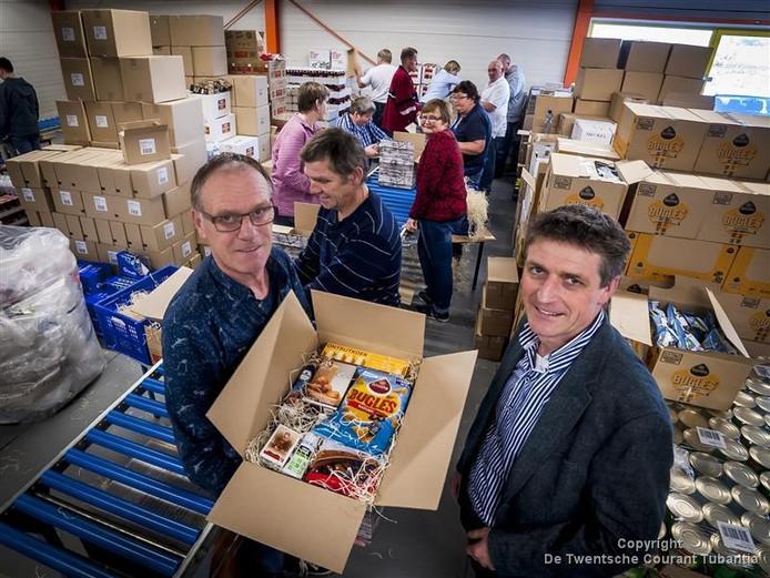 Medewerkers van Soweco Almelo pakken kerstpakketten in bij Ter Brugge in Borne