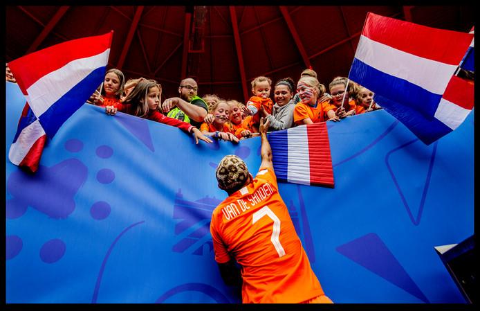 Het WK-kapsel van Shanice van de Sanden, met luipaard print. Ze moet hoog springen om haar nichtje een high-five te kunnen geven. Nederland wint in Valenciennes van Kameroen.