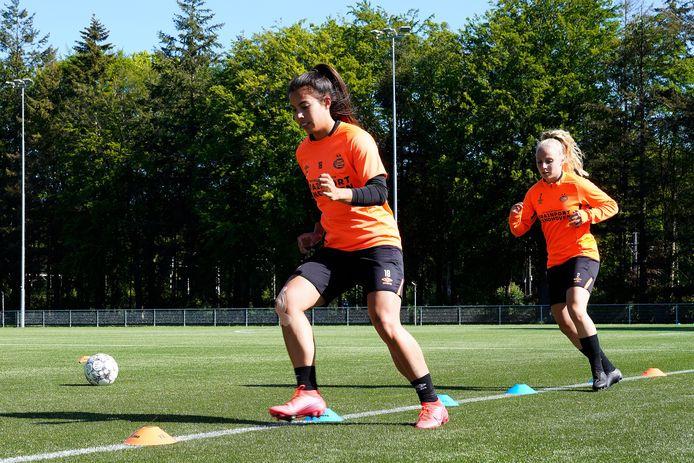 Naomi Pattiwael (voorop) tijdens de eerste training van PSV sinds de stop vanwege de coronacrisis. Pattiwael verlengde haar contract in Eindhoven.