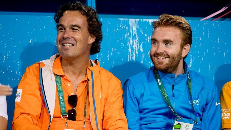 Camiel Eurlings (links) op de tribune tijdens de kwartfinale hockey tegen Argentinie op de Olympische Spelen van Rio de Janeiro. Beeld null