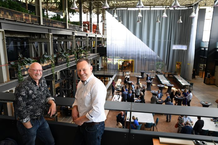 Luc van der Keilen (links) en Roger van den Berg, de eigenaars van Seats2meet Tilburg, Den Bosch en Eindhoven bij de vestiging in de LocHal.