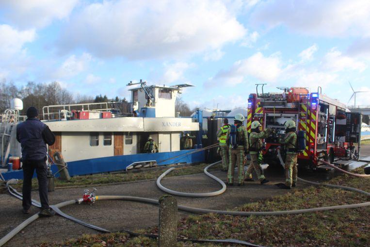 Brandweerzone Zuid West Limburg kwam massaal ter plaatse om de boot te blussen