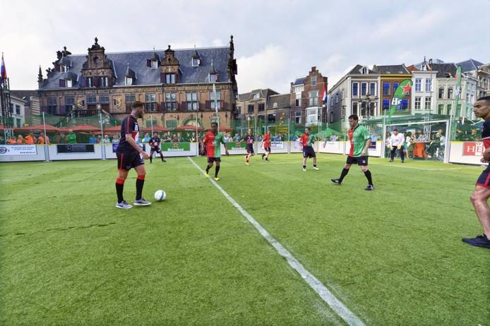 Een team van oud-spelers van NEC deed mee aan de Grote Markt Supercup. foto Flip Franssen