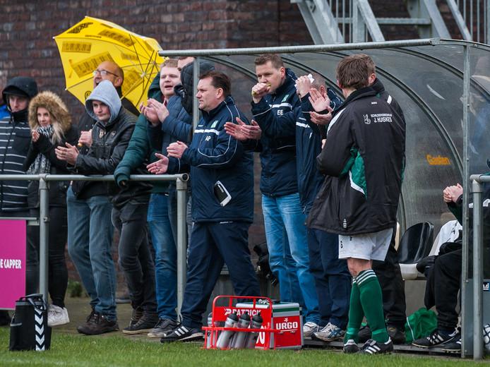 Trainer Arjen Plessen (applaudisserend) gaat na twee jaar in Meppel wat anders zoeken.