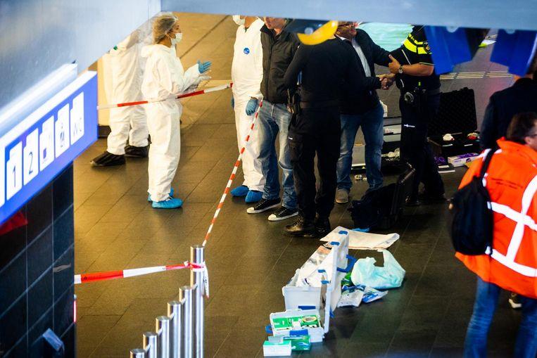Onderzoek van de hulpdiensten na de aanslag Beeld anp