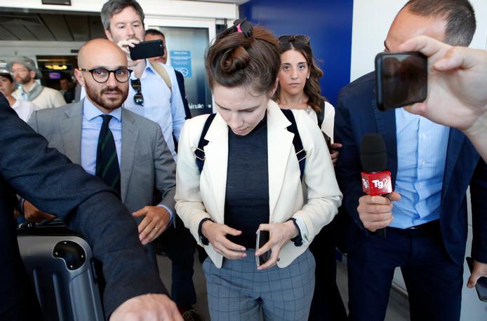 Amanda Knox wordt bij haar aankomst in Milaan opnieuw besprongen door de media.