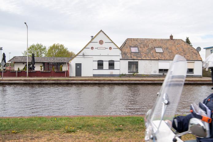 Partycentrum Content (links) aan de Westerweg langs Kanaal Almelo-De Haandrik in Beerzerveld,  moet plaats maken voor woningbouw.