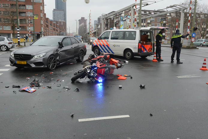 De brandweerman is per ambulance naar het ziekenhuis gebracht voor controle.