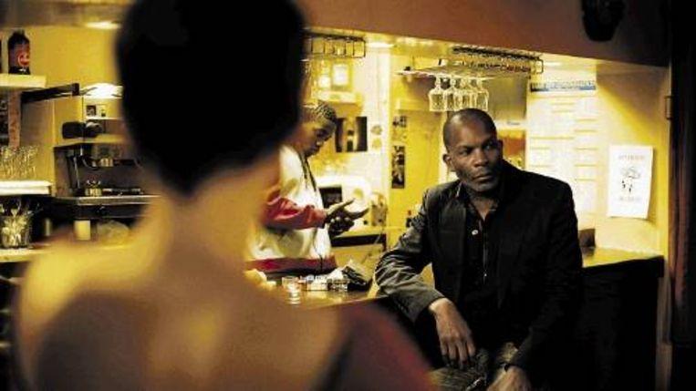 Treinbestuurder Lionel (Alex Descas) behoeft heel wat glazen rum als zijn dochter meldt dat zij uit huis gaat. (Trouw) Beeld