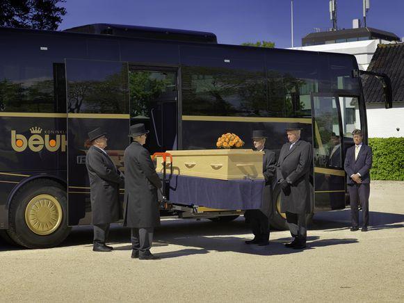 Op vraag van de Nederlandse firma Koninklijke Beuk maakte Van Hool produceerde een uitvaarttouringcar.