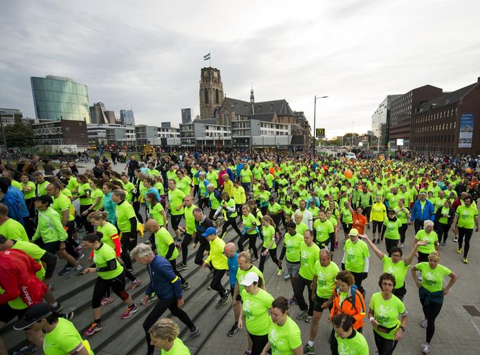 Zo'n vierduizend deelnemers, gehuld in gifgroene shirts, renden 12 kilometer langs de brandgrens in Rotterdam.