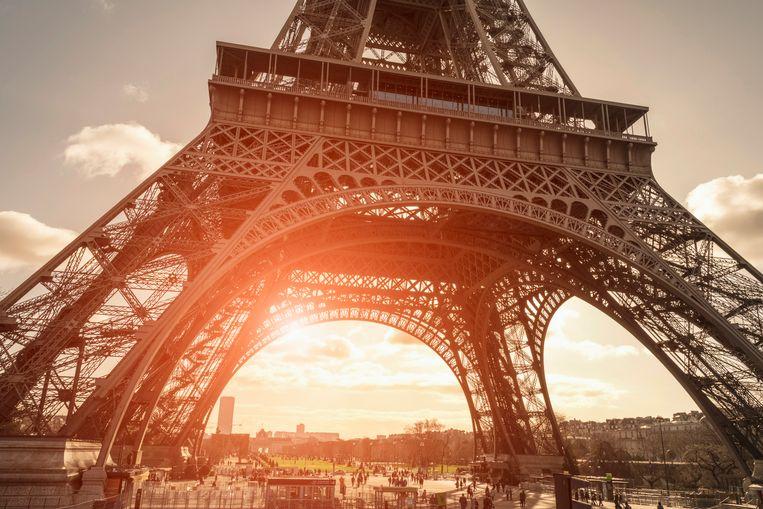 Toeristen onder de Eiffeltoren