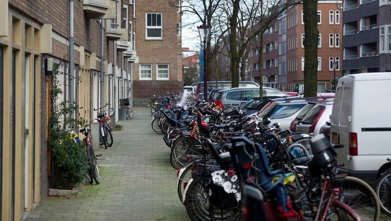 Volle fietsenrekken in de Van Bossestraat in de Staatsliedenbuurt Beeld anp