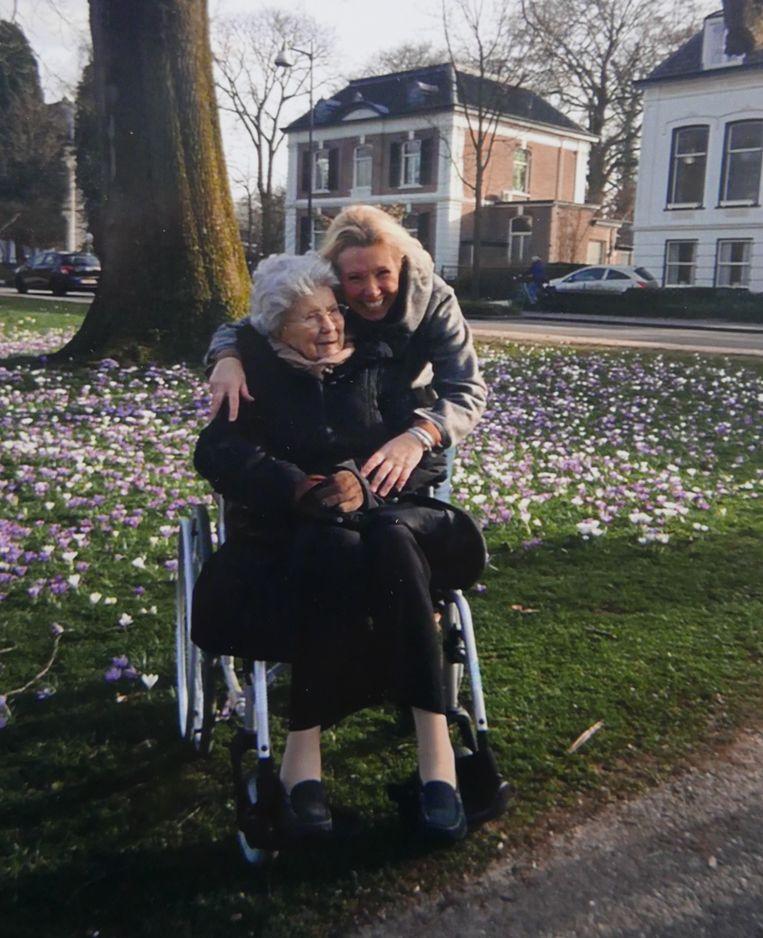 Heleen Rosskopf en haar mantelzorger Margret van de Bunte. Beeld -