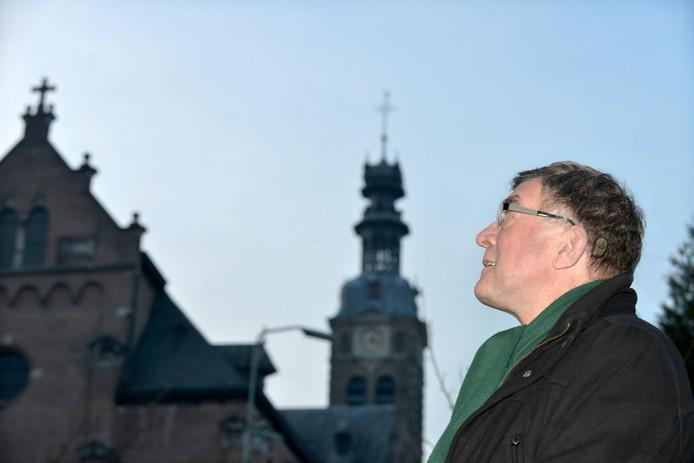 Pastoor Henk Janssen bij de grote Sint-Bartholomaeuskerk.