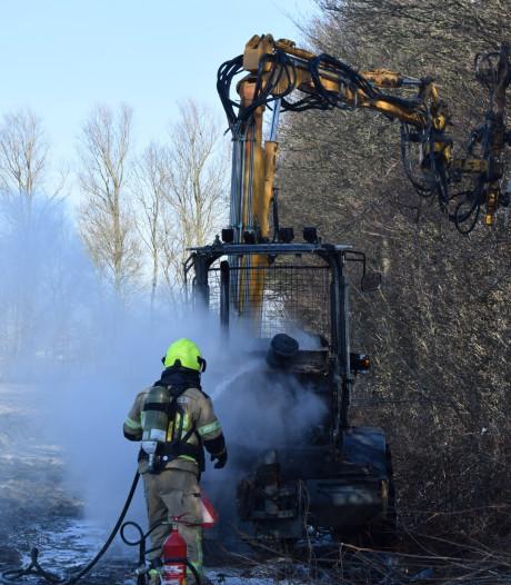 Voertuig vliegt in brand tijdens snoeien van bomen langs de N59 bij Oosterland