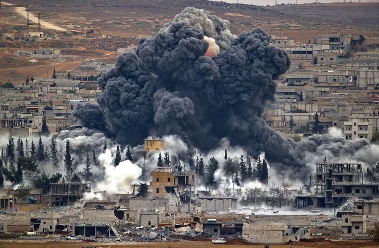 Rook stijgt op boven Kobani na een bombardement gericht tegen IS. Beeld ap