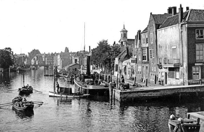 De Wijnhaven met rechts het huis aan de Wijnstraat, waar Arie Hougee op de eerste verdieping woonde.