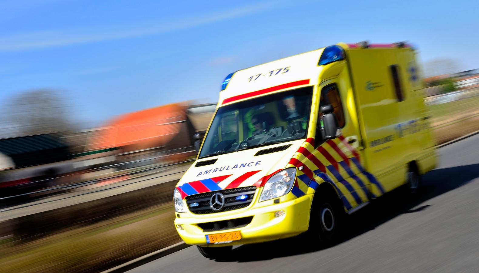 Ambulance rijdt met hoge snelheid door de straat.