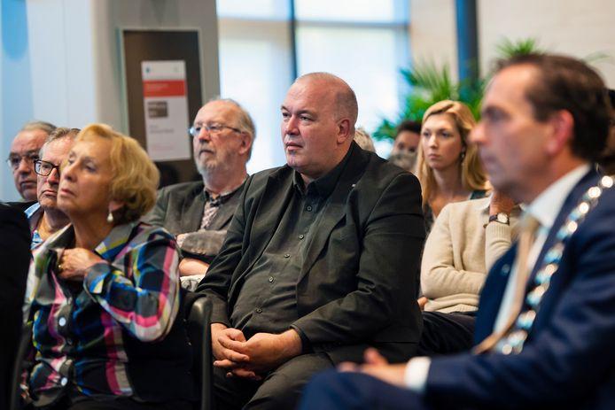 Ed Braam - in het midden met burgemeester Michel Bezuijen met ambtsketen naast hem - wil veel sneller dan pas na de zomervakantie een opvolger zoeken voor vertrekkend burgemeester Michel Bezuijen naar Zoetermeer.