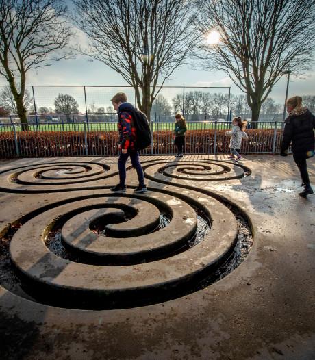 Betonnen waterkunstwerk weggehaald bij Paschalisschool voor plekje op grasveld bij bibliotheek