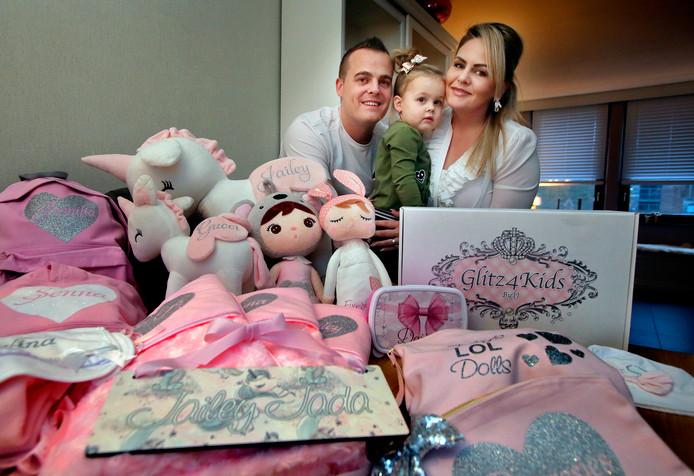 Mike, Helena en dochtertje Jailey in een wolk van roze.
