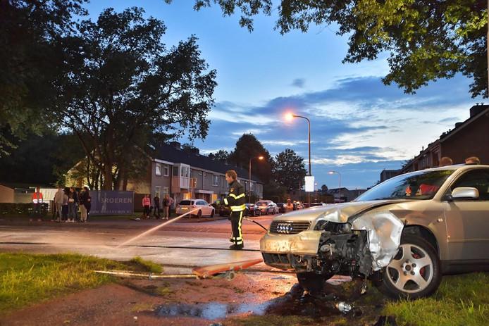 De auto raakte daarbij een lantaarnpaal om vervolgens tot stilstand te komen tegen een boom.