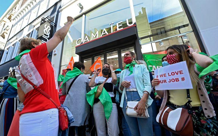 Een zestigtal Belgische werknemers van de Franse modeketen Camaïeu verzamelde vandaag voor de Belgische hoofdzetel in de Brusselse Nieuwstraat.