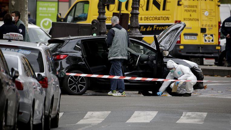 Franse onderzoekers bij de verdachte auto in het 18de arrondissement in Parijs.
