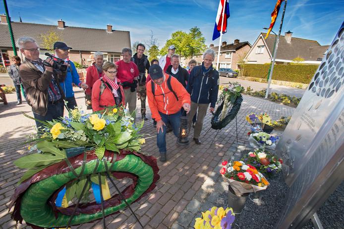 Traditie in Berghem: op 4 mei het Bevrijdingsvuur in Wageningen ophalen, de hele nacht wandelen en hem de volgende ochtend op deze plek afleveren. Deze foto is gemaakt op 5 mei 2016.
