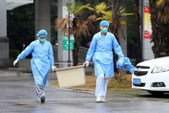 Des infirmiers d'un hôpital de la province de Wuhan, où des patients infectés sont actuellement traités pour la variante de coronavirus