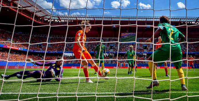 Dominique Bloodworth tekent met haar eerste interlandgoal voor de 2-1 tegen Kameroen.