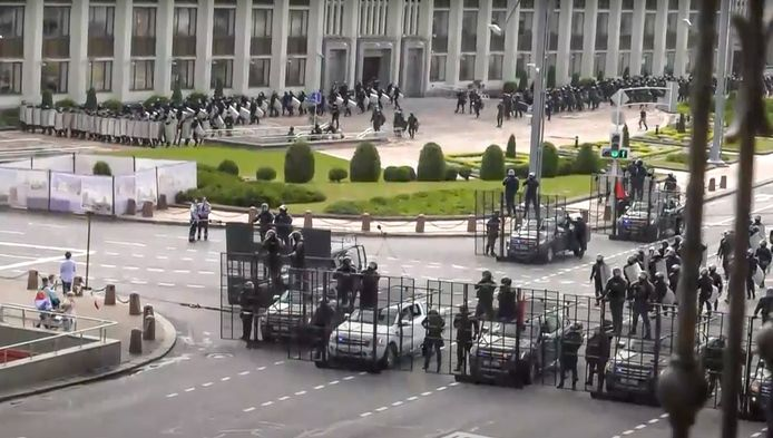 Op beelden is te zien dat een grote politiemacht op de been is om de demonstranten tegen te houden.