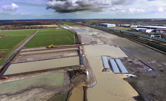 Het terrein zoals het er in februari 2020 bij ligt. Links bassins voor de opvang van regenwater. Rechts de A15.