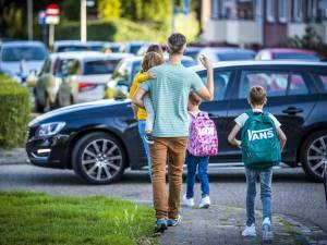 """Burgemeester Tommelein waarschuwt ouders die blijven hangen aan de schoolpoort: """"Als het de spuigaten uitloopt, kunnen we politie inschakelen"""""""